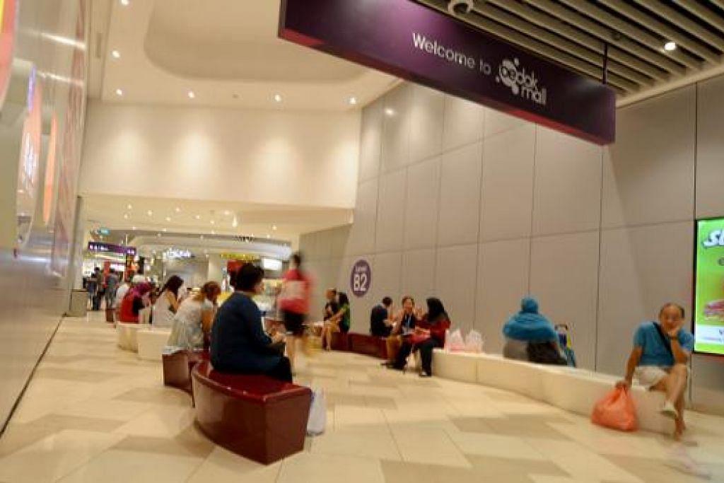 BOLEH BEREHAT: Selepas penat membeli-belah, pengunjung boleh berehat sebentar di tempat duduk yang disediakan demi keselesaan pengunjung.