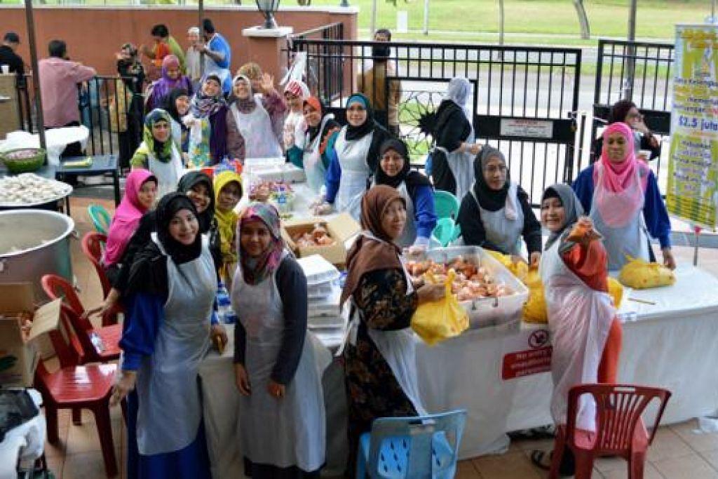 USAHA KUMPUL DANA: Para sukarelawan bergotong-royong menyediakan sate amal baru-baru ini. - Foto JPM MAAROF