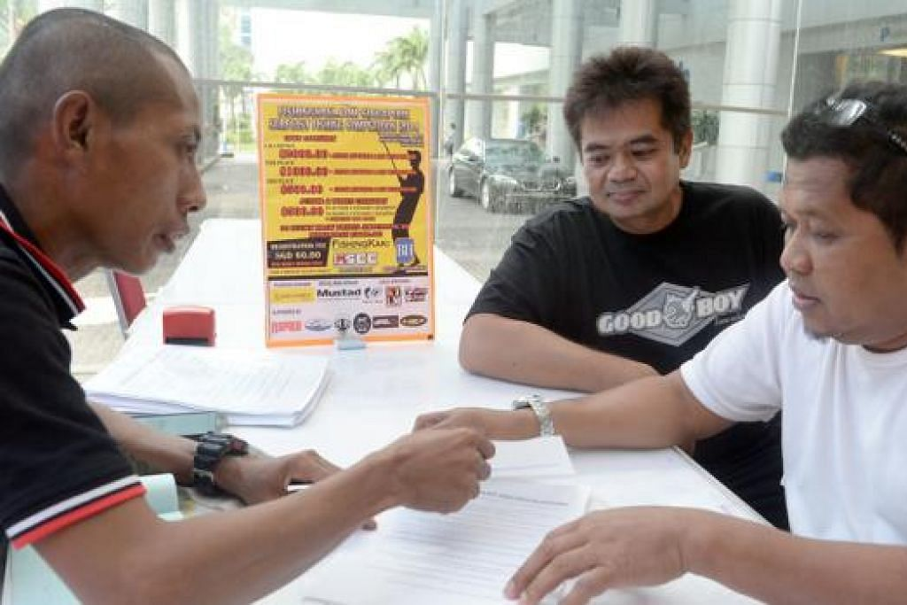 TEMPAT SUDAH PENUH: Para penggemar memancing membuat pendaftaran di News Centre semalam bagi menyertai pertandingan memancing di pantai Pasir Ris Park pada 6 Disember ini. - Foto TAUFIK A. KADER
