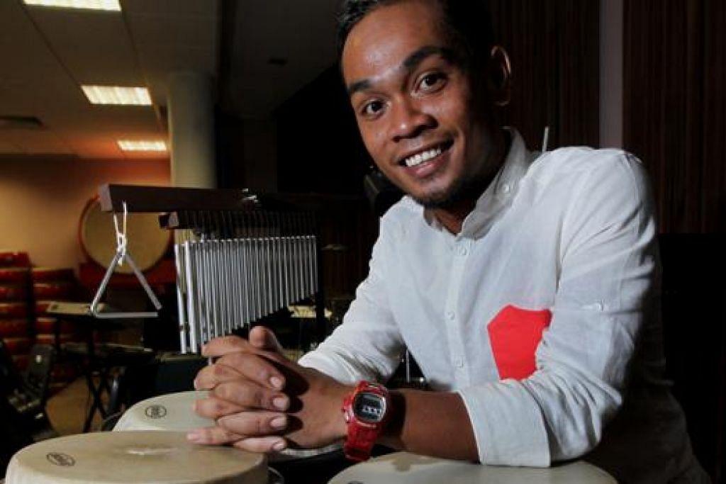 SAJIAN ANAK WATAN: Pemain alat genderang yang cemerlang, Encik Riduan Zalani, diamanahkan mencipta dan menyusun irama khas yang bakal mengiringi percikan bunga api dalam acara menyambut tahun baru, Marina Bay Singapore Countdown (MBSC). - Foto fail