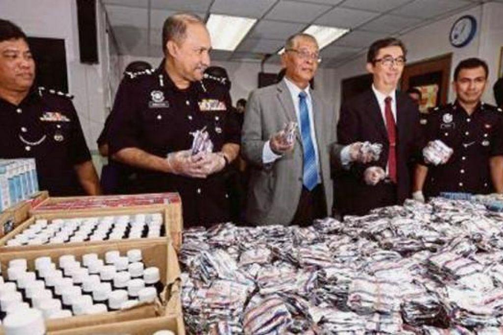 OPERASI BERJAYA: Pengarah NCID, Datuk Seri Noor Rashid Ibrahim (tengah), bersama Pengarah CNB, Encik Ng Ser Song (dua dari kanan), menunjukkan dadah yang dirampas semasa tiga operasi serbuan yang dilaksanakan di Johor Bahru. - Foto NSTP