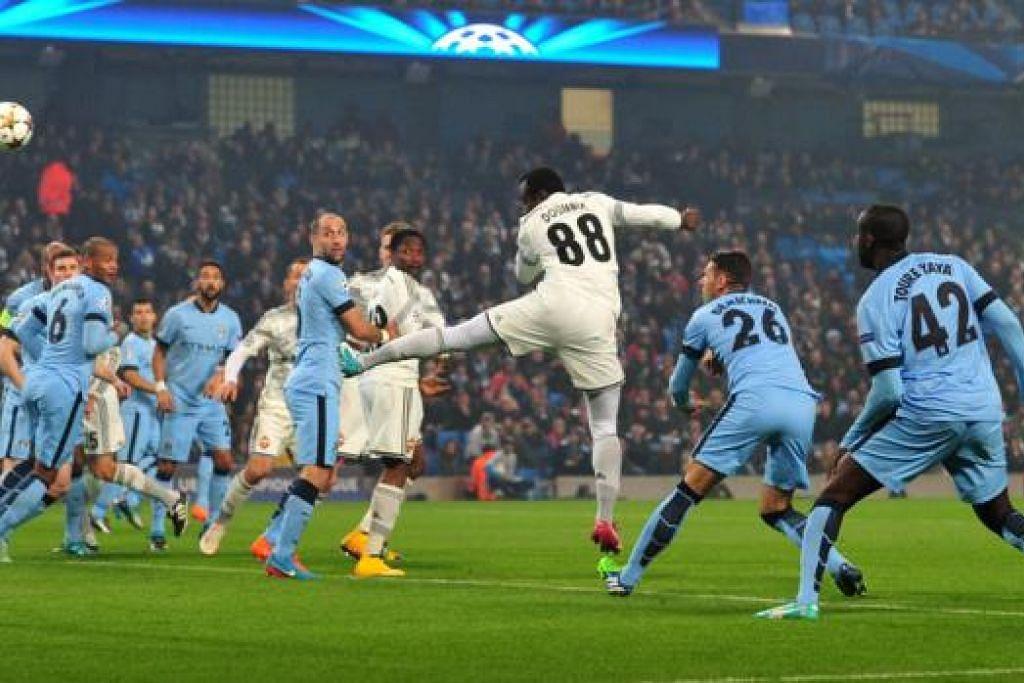 KENCANG BAK PELURU: Pemain CSKA Moscow yang berasal dari Ivory Coast, Seydou Doumbia (jersi putih nombor 88), melepaskan tandukan kencang bagi gol pertamanya di Stadium Etihad dinihari semalam. - Foto AFP