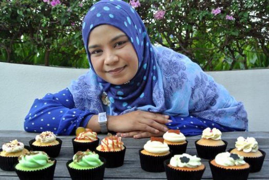 SEGALANYA UNTUK KELUARGA: Cik Julia Idris membantu menambah pendapatan keluarga dengan menjual kek cawan berjenama 'onecupcakeaday' dengan perisa unik seperti nasi lemak, beriani, rendang dan pengat pisang. - Foto JOHARI RAHMAT