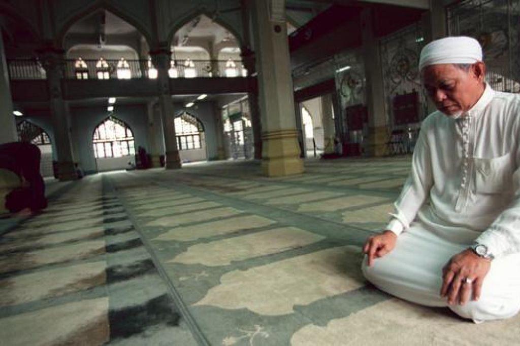 MOHON PETUNJUK DAN BIMBINGAN: Tuntutan untuk banyak beribadah perlu diseimbangi dengan keperluan kehidupan. Seorang Muslim yang seimbang memerlukan ilmu yang luas dan mendalam berkaitan ilmu alat dan juga ilmu adab.- Foto hiasan