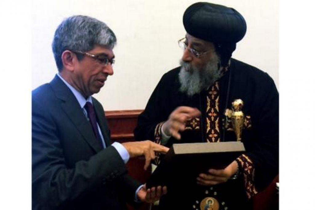 ERATKAN HUBUNGAN: Dr Yaacob (kiri) dan Paus Tawadros II antara lain telah berbincang tentang kepentingan keharmonian antara agama bagi perkembangan dan kemajuan sesebuah negara. - Foto MCI