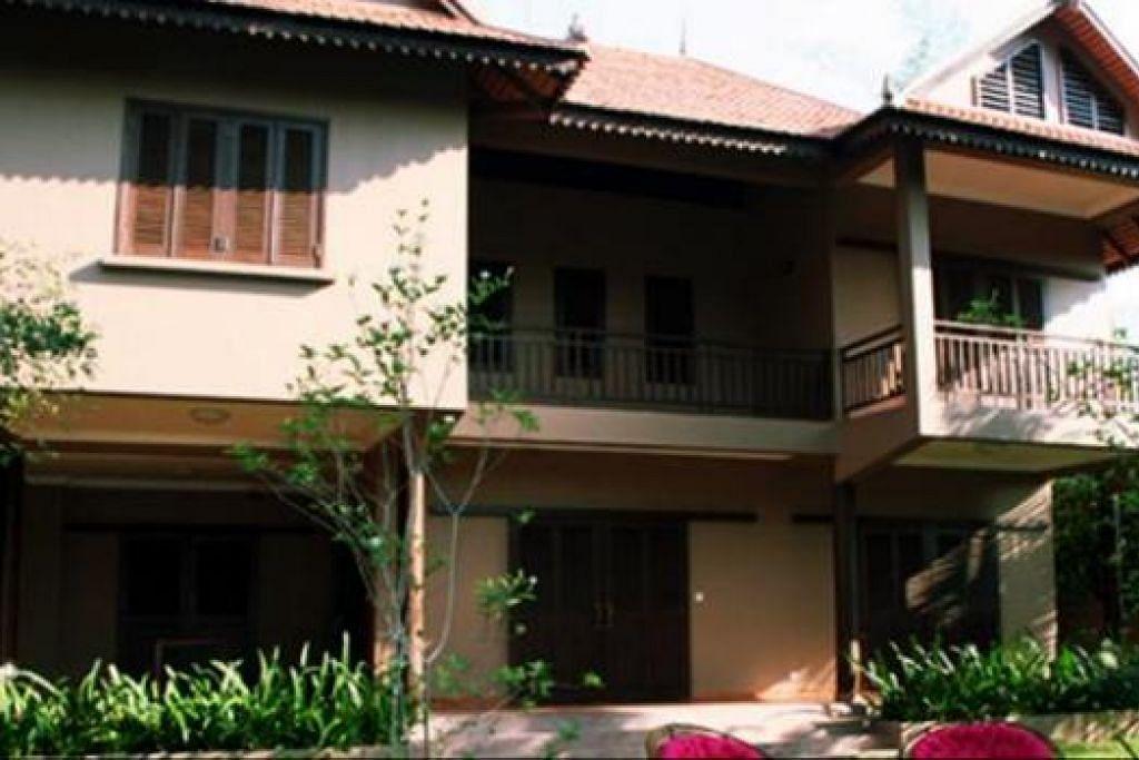VILLA YANG SELESA UNTUK BERCUTI: Vila yang terletak di Siem Reap, Kemboja, yang dimiliki oleh Encik Rahim dan rakannya. - Foto-foto ihsan RAHIM KASSIM