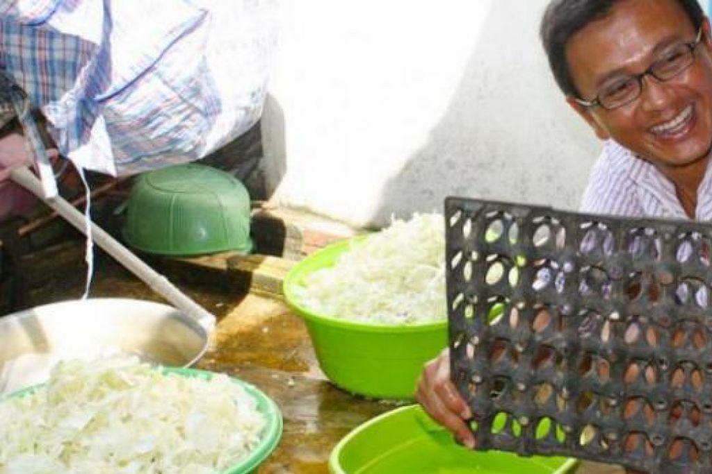MASAK AMAL: Encik Rahim turut membantu memasak bagi 30 kanak-kanak di rumah pertumpangan kanak-kanak.