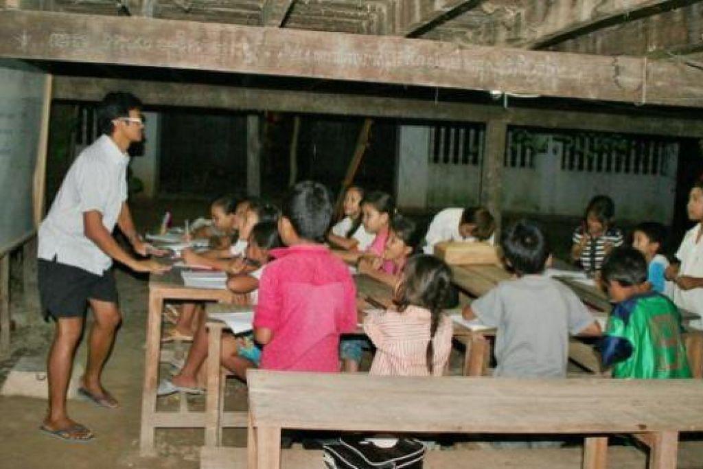 MINAT MENGAJAR DITERUSKAN: Salah satu kerja amal Encik Rahim ialah mengajar bahasa Inggeris di Pagoda setiap hari dari 7 hingga 8 malam dan kelas seni lukis di rumah persinggahan sementara.