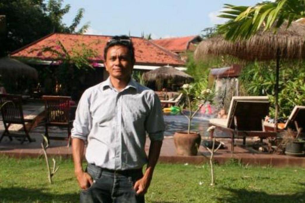 WARGA DUNIA: Encik Rahim yang bergambar di vilanya telah menetap selama empat tahun di Kemboja. Sebelum ini, warga Singapura itu pernah tinggal di New Zealand dan Holland serta fasih berbahasa Belanda, Inggeris, Khmer dan Jepun. - Foto-foto ihsan RAHIM KASSIM
