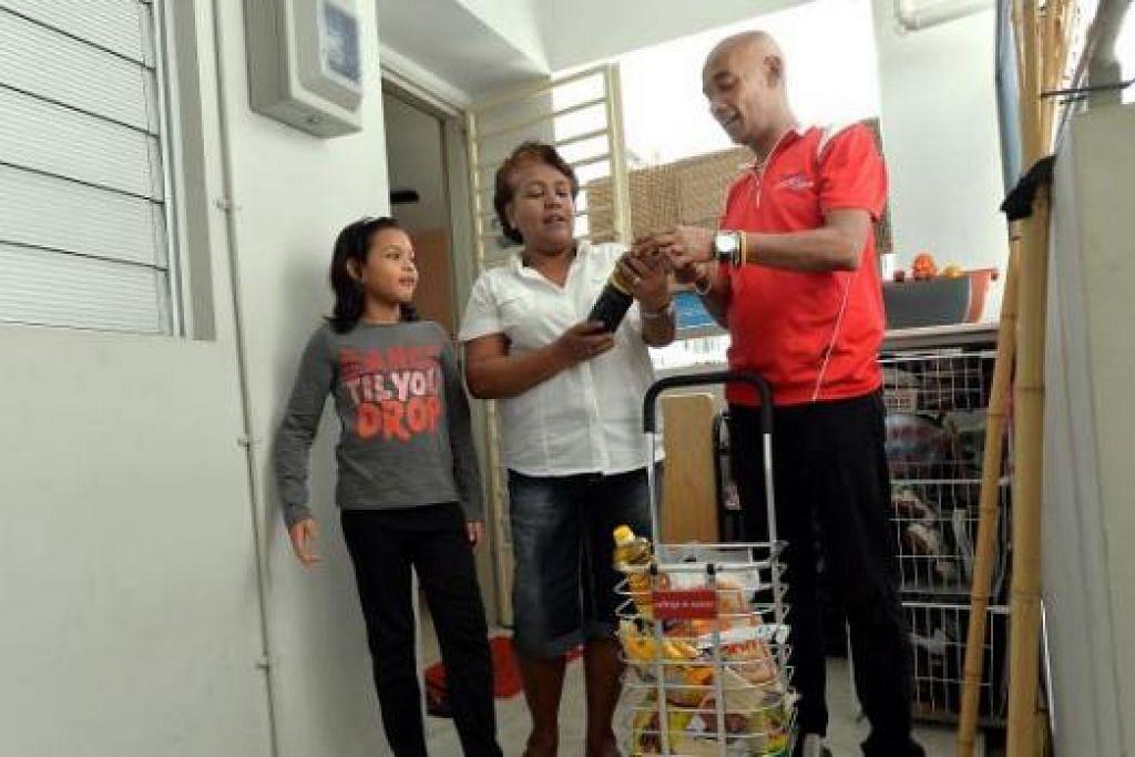 TOLONG-MENOLONG: Encik Mohd Noor Mahmood sering dilihat bermundar-mandir di Blok 373 dan 374 Jurong East Street 32 untuk membantu dan bertanya khabar penduduk di kawasan rumah sewa satu dan dua bilik itu. - Foto-foto M.O. SALLEH