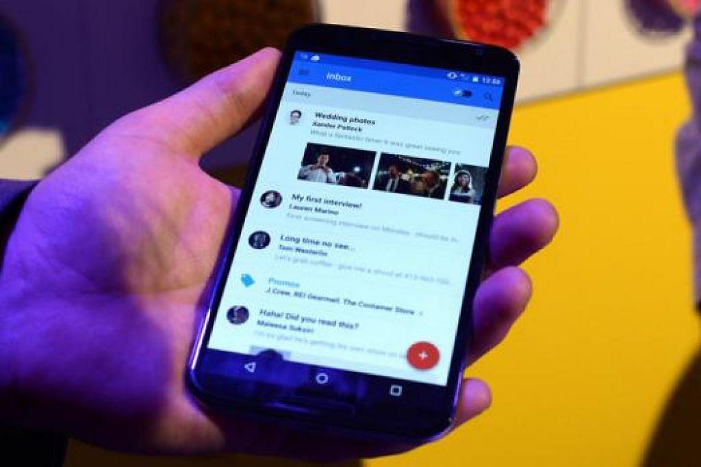 GUNAKAN TELEFON BIJAK: Telefon bijak semakin digunakan untuk menonton video di wadah media sosial seperti YouTube. - Foto hiasan