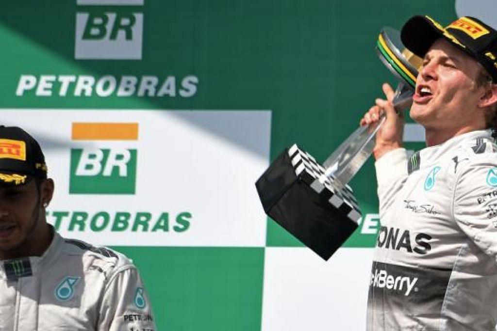 SAINGAN SEMAKIN SENGIT: Pemandu Mercedes, Nico Rosberg (kanan), meraikan kemenangannya di Grand Prix Brazil sekalipun rakan sepasukan, Lewis Hamilton (kiri), yang menduduki tempat kedua perlumbaan itu masih mendahului lain-lain pemandu untuk ditabal juara Dunia Formula Satu musim ini. - Foto AFP