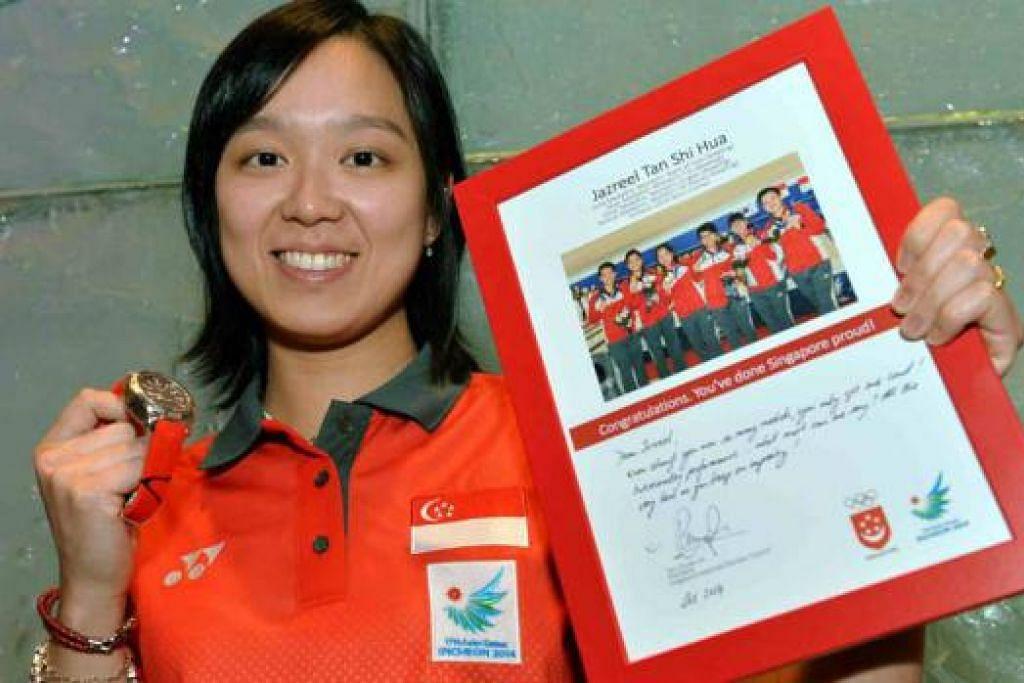 KECEMERLANGAN DIIKTIRAF: Ratu bowling, Jazreel Tan, muncul sebagai antara penerima terbesar sempena majlis penyampaian habuan Program Anugerah Jutaan Dolar (MAP) Majlis Olimpik Kebangsaan Singapura (SNOC) yang berlangsung di Pan Pacific Singapore malam tadi.
