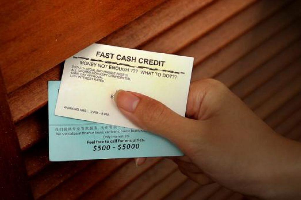 BERANI MENDAPAT PELANGGAN: Wakil firma-firma pemiutang mengedarkan kad nama di rumah-rumah bagi menarik pelanggan. - Foto fail