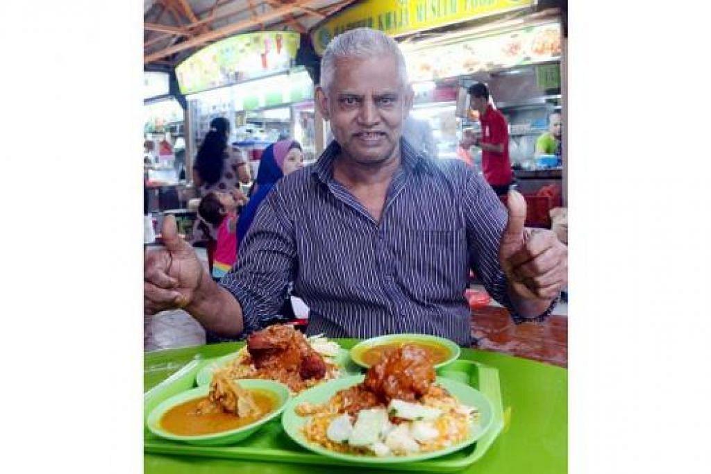 DEMI PELANGGAN: Encik Samsu Ghani dari gerai Hajmeer Kwaja Muslim Food menawarkan nasi beriani ayam pada harga rendah $4.50 agar para pelanggan sentiasa setia terus melanggani gerainya yang terletak di di Pusat Penjaja Maxwell Road. - Foto TAUFIK A. KADER