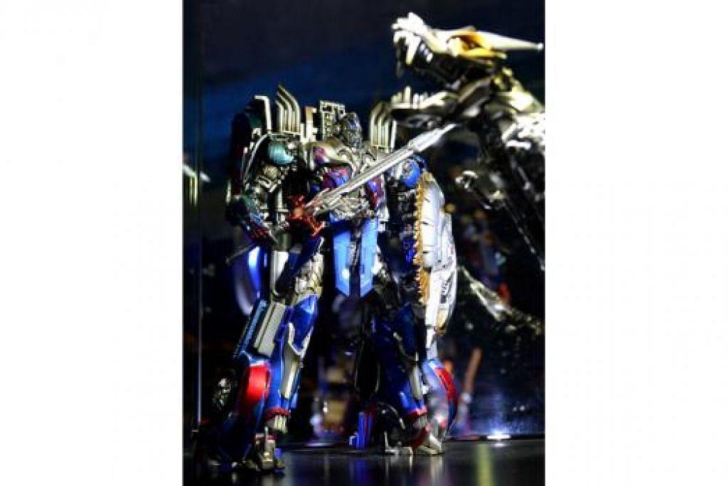 MENEMANI ANDA TIDUR: Makhluk raksasa Optimus Prime dari Transformers akan menemani anda tidur dalam kem kendalian Pusat Sains Singapura. - Foto TNP