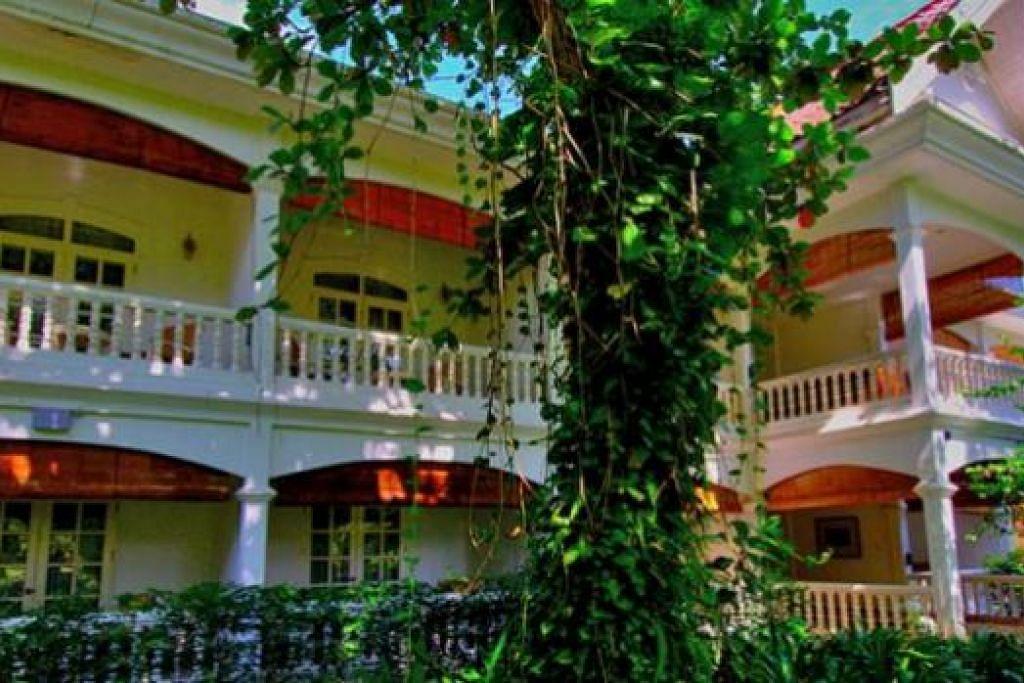 KINI HOTEL MEWAH: Dulu, semasa zaman penjajahan Perancis, bangunan ini adalah rumah seorang kaya. Kini ia menjadi hotel mewah yang dinamakan Angsana Maison Sourrannaphan. - Foto-foto MOKSIM SALEH