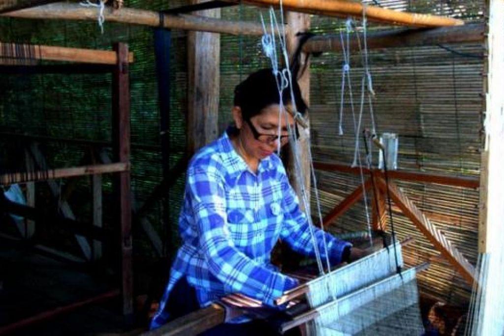 BELAJAR MENENUN: Cik Zuraidah, isteri penulis, sempat belajar menenun kain di Ock Pop Tok, tidak jauh dari Luang Prabang. - Foto-foto MOKSIM SALEH