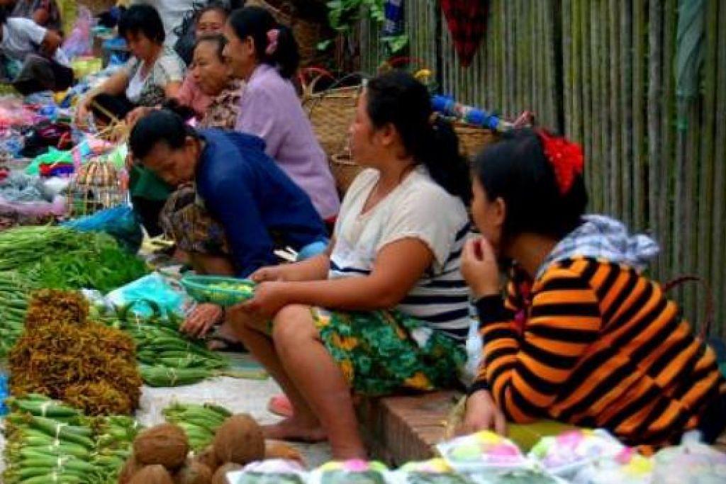 HASIL TANAMAN PENDUDUK KAMPUNG: Inilah pasar tradisional pagi yang mengumpulkan ramai petani yang menjual pelbagai hasil tanaman mereka. - Foto-foto MOKSIM SALEH