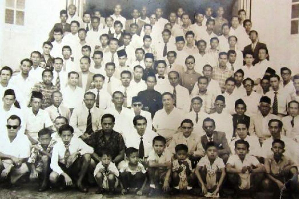 MAJLIS PERTEMUAN MERAPATKAN SILATURAHIM: Majlis pertemuan kaum keluarga termasuk beberapa orang kaya Banjar yang pernah diadakan di sebuah rumah di East Coast Road dalam 1957. - Foto-foto lama ihsan BURHAN MOHAMED