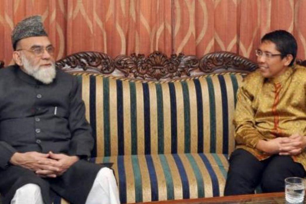 MENOLAK PENGGANASAN: Dr Mohamad Maliki Osman (kanan) berbincang dengan imam besar Masjid Jama di New Delhi, Maulana Syed Ahmed Bukhari, mengenai pelampau agama dan kepercayaan Islam, khususnya Negara Islam Iraq dan Syria (ISIS). - Foto-foto MINDEF