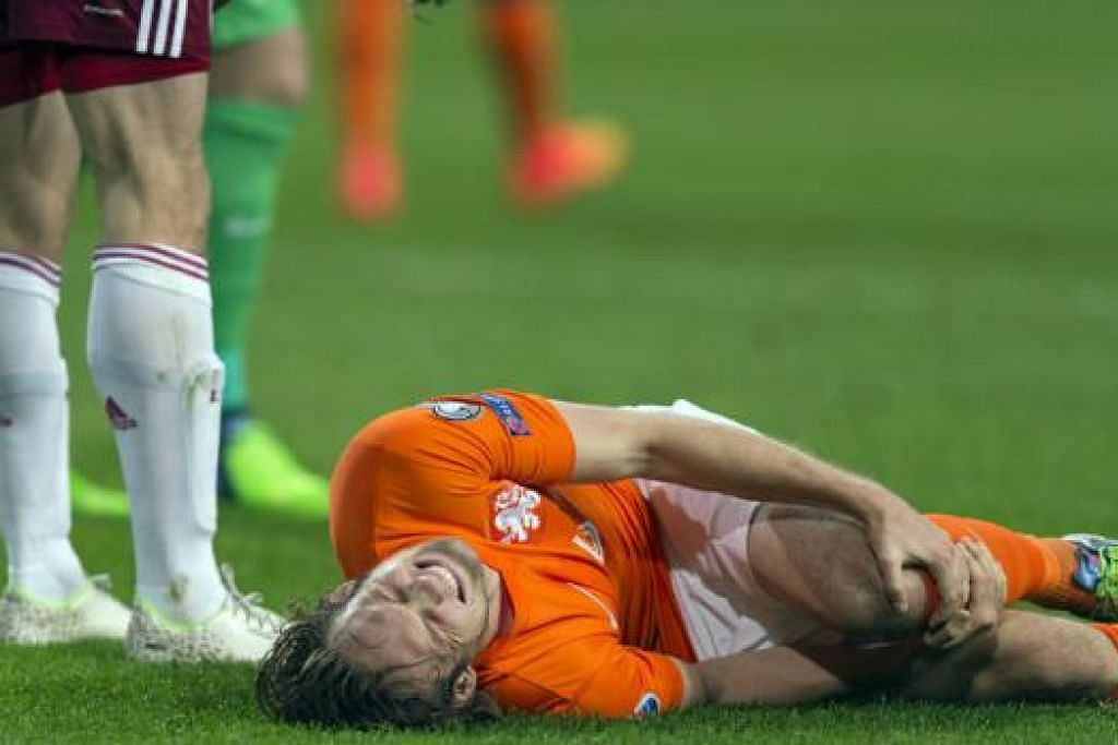 TAMPARAN BAGI UNITED: Kecederaan ligamen lutut Daley Blind dijangka menjejas usaha pengurus Louis van Gaal memperkukuh benteng pasukan itu, terutama apabila berdepan Arsenal dalam satu perlawanan Liga Perdana Ahad ini. - Foto REUTERS