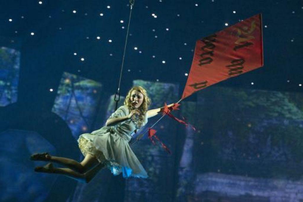 CERITA KLASIK: Pementasan muzikal berdasarkan cerita kanak-kanak Peter Pan ini akan menyajikan adegan tarian dan akrobatik baru (gambar atas) selain menyertakan lagu-lagu popular seperti 'Kiss From A Rose' oleh Seal; dan 'Angels' oleh Robbie Williams. - Foto RESORTS WORLD SENTOSA