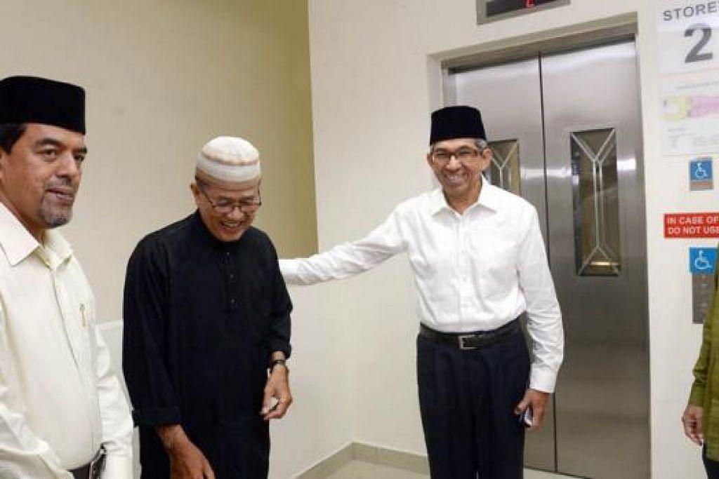 LIF BARU: Dr Yaacob mengunjungi Masjid Al-Istiqamah untuk meneliti kerja peningkatan yang telah dilaksanakan. Bersama beliau ialah Haji Mohamad Saat (kanan) dan Haji Abdul Razak (kiri). – Foto TAUFIK A. KADER