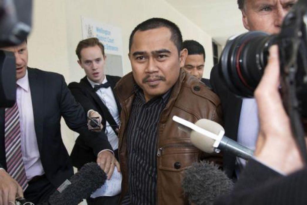 MINTA DIBICARAKAN: Muhammad Rizalman Ismail (berjaket perang), yang menafikan serangan seksual terhadap seorang wanita New Zealand pada Mei lalu, minta perbicaraannya diadili oleh juri. - Foto AFP