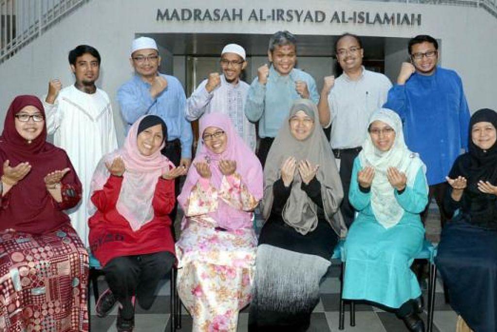 BERSYUKUR: Para guru dan asatizah Madrasah Al-Irsyad, diketuai Pengetua, Encik Nor Isham Sanif (barisan belakang, tiga dari kanan), bersyukur dengan kejayaan yang diraih pelajar dalam PSLE dan ISPE tahun ini. - Foto TAUFIK A. KADER