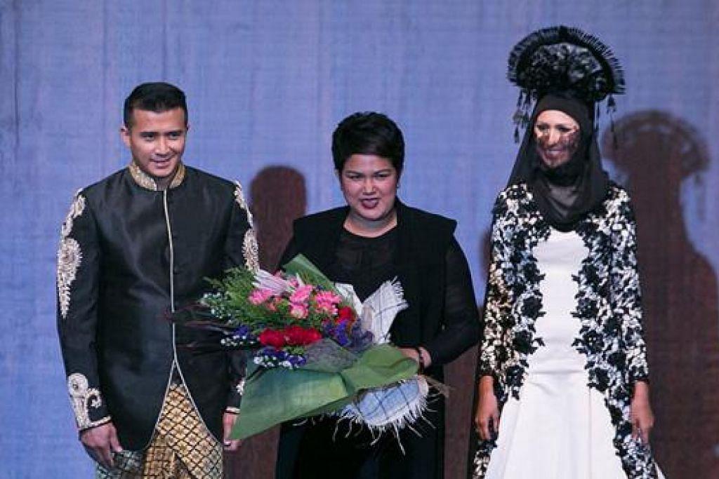 TERHARU DIBERI PENGHORMATAN: Stailis mapan, Fatimah Mohsin (tengah) terharu diberi peluang untuk memperagakan koleksinya atas pentas. Beliau juga gembira dua selebriti terkenal Aaron Aziz (kiri) dan Nurul Aini (kanan) sudi menggayakan koleksi 'Confluence' di pentas Festival Fesyen Islam. - Foto-foto PROJECT2PI