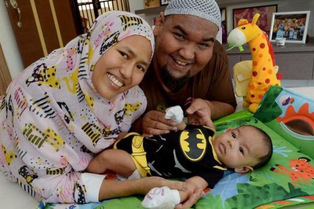 JADI PENAWAR: Encik Shahrizal atau Cef Bob kini menghabiskan lebih banyak masa di samping isterinya, Cik Kamisah, serta anak mereka, Umar, yang berusia tiga bulan. - Foto TUKIMAN WARJI