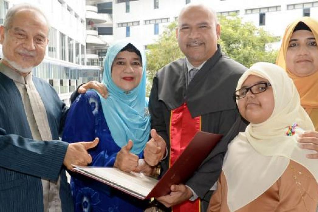 KELUARGA SUKA BELAJAR: Semangat menimba ilmu mekar dalam keluarga Encik Mohamed Mustafa Mohd Salleh (tengah), yang menerima Diploma Kejuruteraan (Aeroangkasa), dan isterinya, Cik Habibah Maidin (kanan), yang akan menerima ijazah Sarjana Muda Sains dalam Pengurusan Kemudahan pada, bulan depan. Bersama mereka ialah bapa Encik Mohamed Mustafa, Ustaz Md Salleh Abdul Hamid (kiri); ibunya, Cik Siti Hanum Md Noor (kedua dari kiri); dan anak bongsunya, Aishah Mustafa. - Foto-foto JOHARI RAHMAT