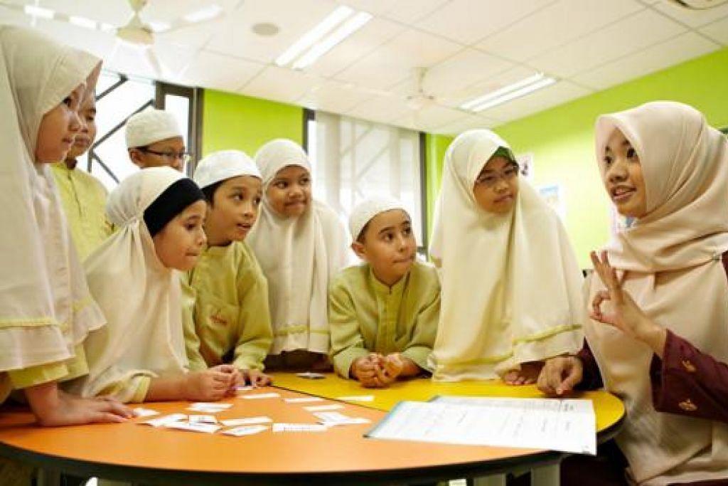 USAHA AWAM: Muis telah melaksanakan pelbagai inisiatif untuk menggalak pembelajaran asas agama di kalangan golongan muda seperti anjuran kelas Alive di masjid setempat. - Foto MUIS