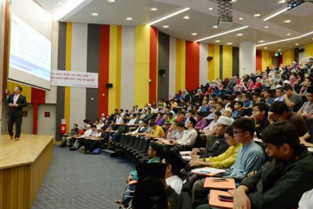 KERJASAMA SEKTOR SWASTA: Lebih 800 peserta menghadiri simposium yang mengupas isu kesejahteraan siber anjuran Pusat Pendidikan Andalus dan Berita Harian. - Foto TUKIMAN WARJI