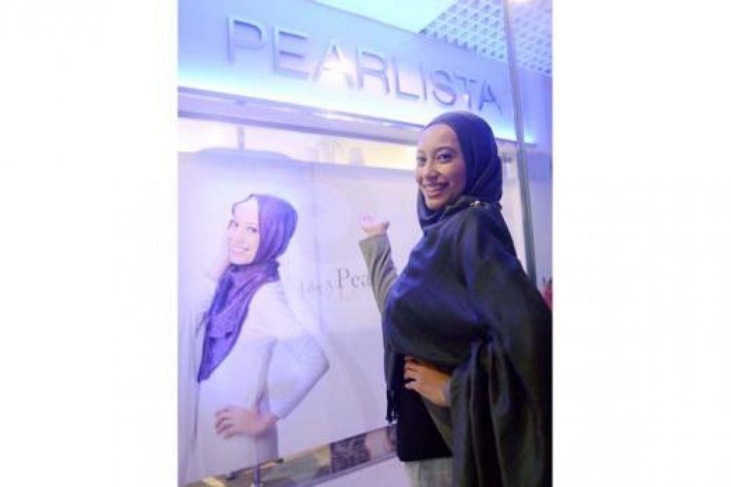 AURAT WANITA TERPELIHARA: Salun rambut milik selebriti Cik Nura Jasni di Icon@Changi ditutup rapi untuk memastikan orang yang lalu-lalang terutama kaum lelaki tidak dapat menjenguk ke dalam salun yang ditubuhkan khas untuk wanita Muslimah. - Foto TAUFIK A. KADER