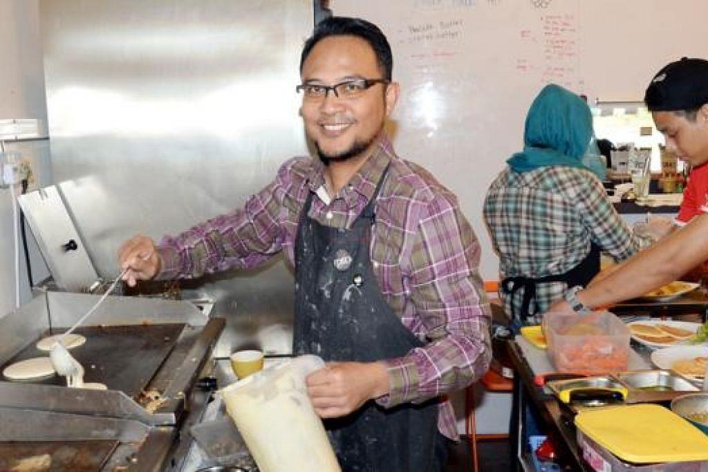 TURUT KE DAPUR: Walaupun sebagai tauke kafe Sarah's The Pancake Cafe ini, Encik Kamil tetap masuk dapur membantu tugas menyiapkan pesanan pelanggan.