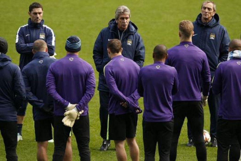 HADAPI TEKANAN: Pengurus Manchester City, Manuel Pellegrini (tengah), semakin tertekan menjelang pertemuan pasukannya dengan kelab gergasi Jerman, Bayern Munich, pagi esok waktu Singapura. - Foto REUTERS