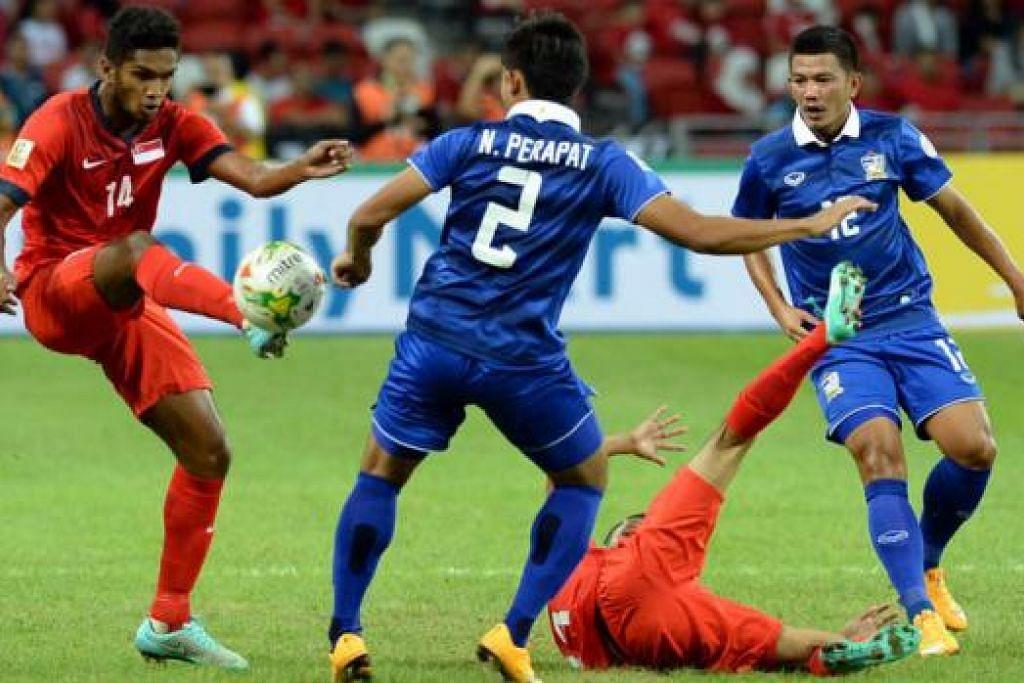 PERSEMBAHAN MENGGALAKKAN: Walau tewas, pemain Singapura seperti Hariss Harun (kiri) dan Ismadi Mukhtar (jatuh di padang) beraksi dengan baik dan boleh meningkatkan persembahan apabila bertemu Myanmar esok. - Foto ZAINAL YAHYA
