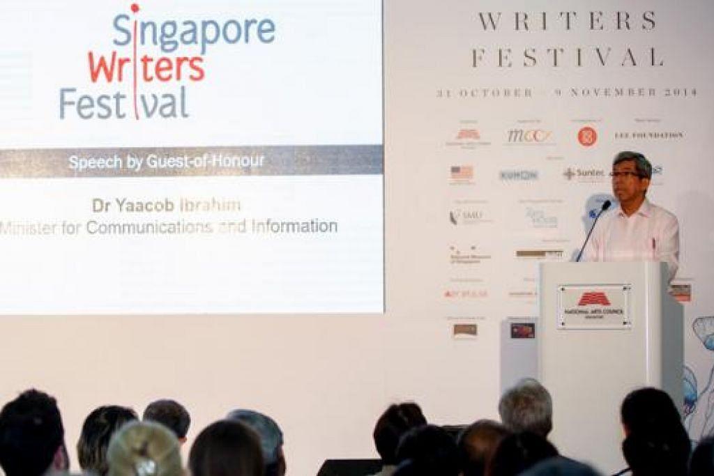 SAMBUTAN MENGGALAKKAN: Dr Yaacob Ibrahim, Menteri Perhubungan dan Penerangan, melancarkan Pesta Penulis Singapura 2014 pada 30 Oktober lalu. - Foto SINGAPORE WRITER'S FESTIVAL