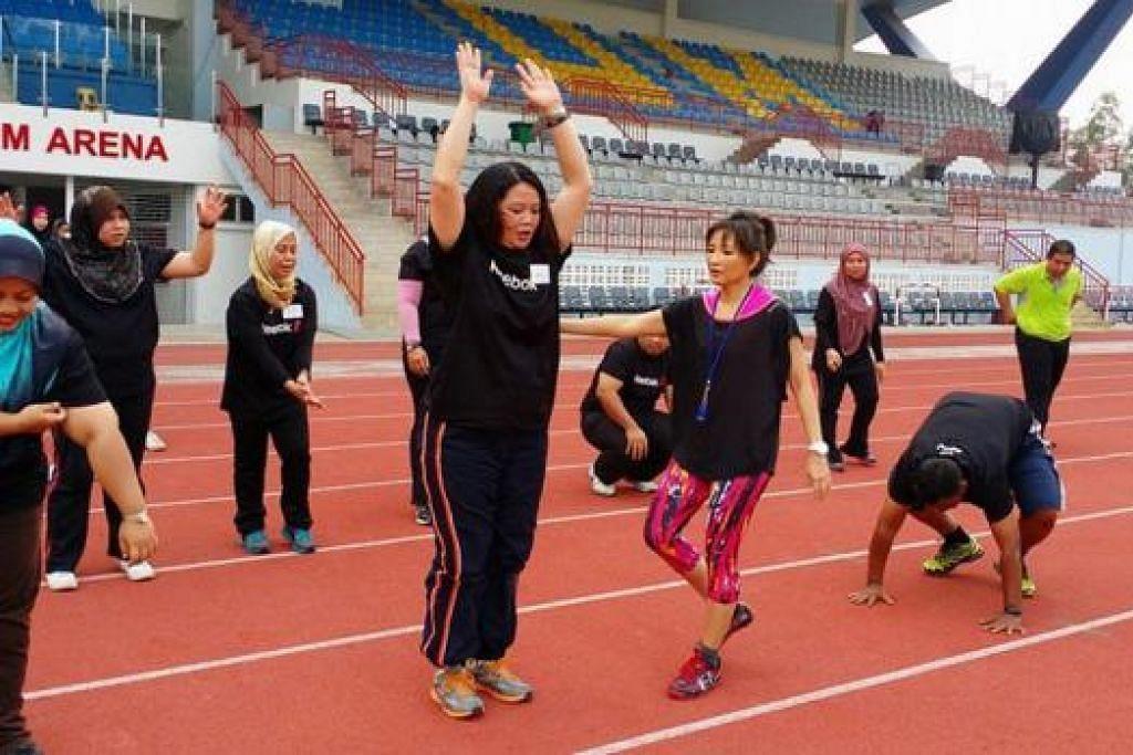 GIAT JALANI PROGRAM: Cik Dee Dee (empat dari kanan), yang merupakan seorang konsultan/pensyarah dan penyelidik di Universiti Malaya dari Fakulti Sains Sukan dan Pengurusan Sukan, turut membantu kakitangan Universiti Malaya mengikuti program 'Fat to Fit' bagi menurunkan berat badan mereka. - Foto-foto ihsan DEE DEE MAHMOOD