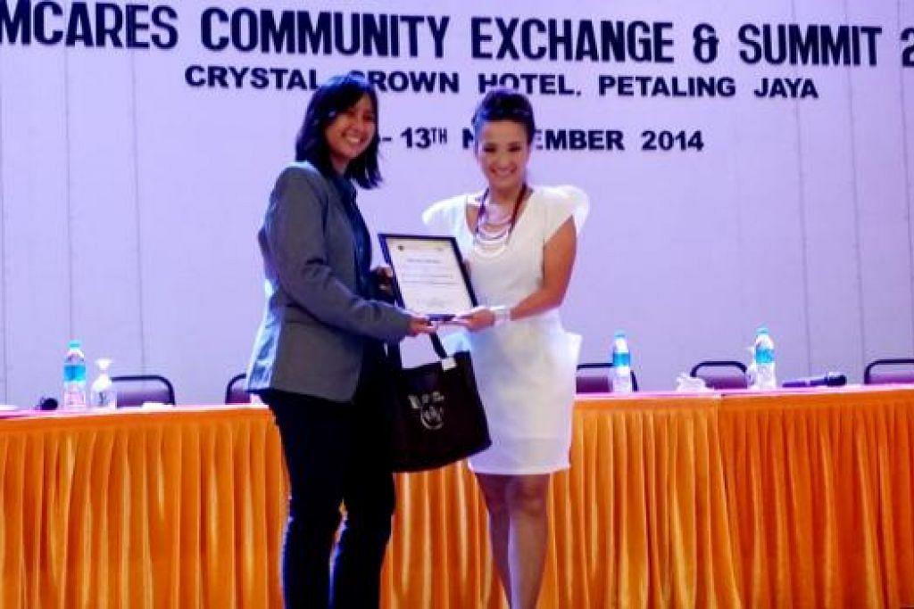 PERANGI KEGEMUKAN: Cik Dee Dee (kanan) mendapat pengiktirafan melalui anugerah UMCares daripada Univeristi Malaya, Kuala Lumpur, baru-baru ini.