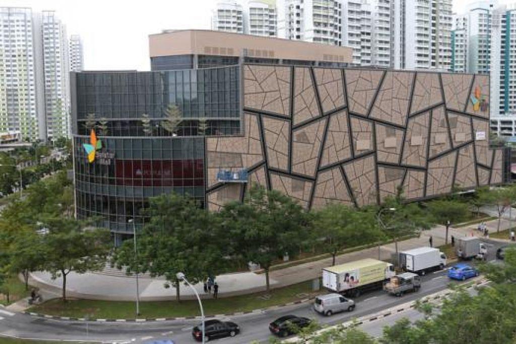 DIBUKA HARI INI: Pusat beli-belah Seletar Mall yang mempunyai empat tingkat dan dua besmen menawarkan 130 peruncit dengan pelbagai pilihan, termasuk 28 restoran dan kafe, buat pengunjung. - Foto THE STRAITS TIMES