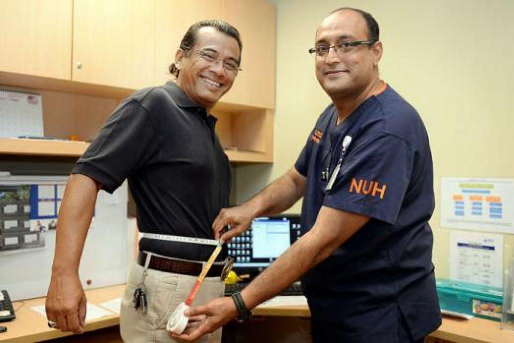 BOLEH SEMBUH: Dr Asim (kanan) memantau berat badan Encik Shaharuddin bagi memastikan sasaran penurunan berat badan serta diet yang disarankan diikuti agar dapat menjalani kehidupan lebih sihat berbanding sebelumnya. - Foto M.O. SALLEH