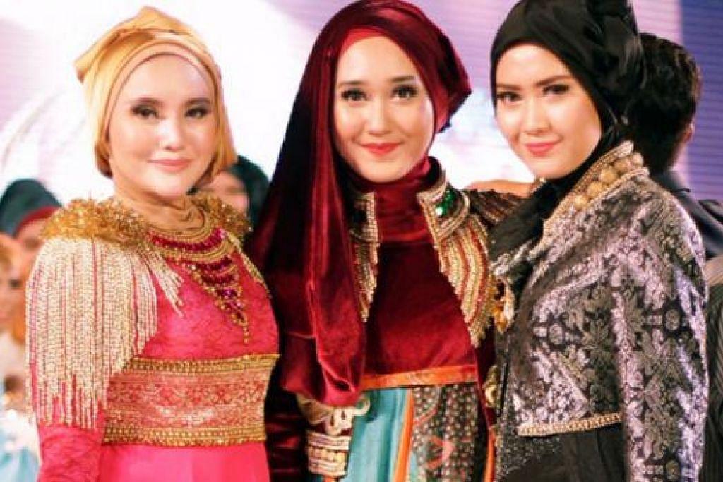KELIHATAN ANGGUN: Norfasarie (kiri) boleh dianggap sebagai antara fashionista Muslimah di Singapura. Di sini beliau dilihat bergambar dengan pereka fesyen Muslimah terkenal Indonesia, Dian Pelangi (tengah), dan Elhasbue (kanan) - kededuanya menaja pakaian para peserta dan pengadil semasa Anugerah Muslimah Dunia baru-baru ini.