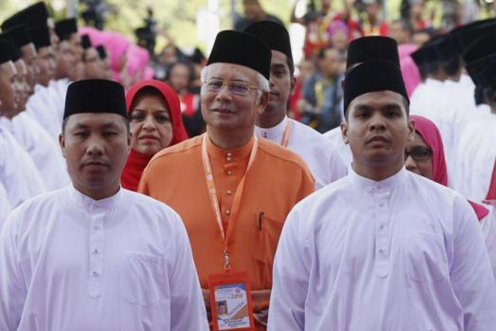 KEKALKAN AKTA HASUTAN: Datuk Najib (tengah) mengumumkan langkah mengekalkan Akta Hasutan 1948 dalam Perhimpunan Agung Umno di Pusat Dagangan Dunia Putra (PWTC), Kuala Lumpur, Khamis lalu. - Foto REUTERS