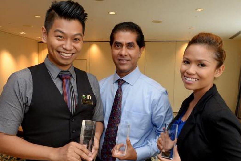 PEMENANG ANUGERAH SUPERSTAR: (Dari kiri) Encik Saiful, Encik Kaiash dan Cik Shahida berasa bangga dan mahu terus memberikan khidmat terbaik kepada pelanggan dalam tugas harian. - Foto TUKIMAN WARJI