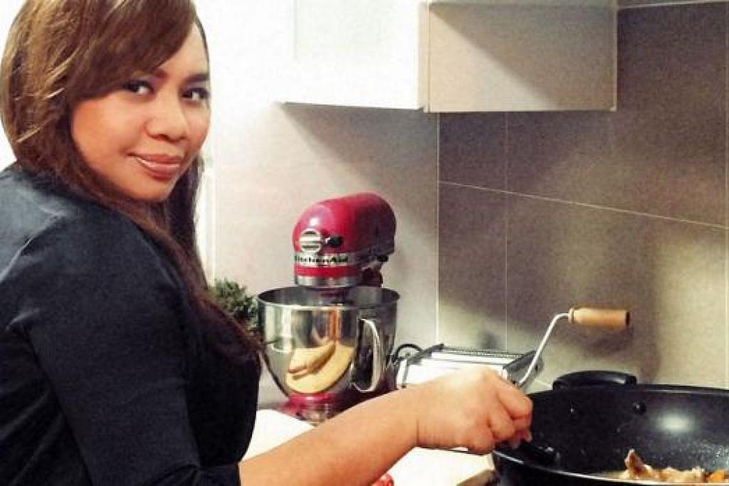 SUDAH BOLEH MASAK: Cik Ida Roziana Osman kini mendapat kepercayaan ibu dan mentuanya untuk memasak lauk-pauk Melayu untuk majlis rumah terbuka. - Foto-foto ihsan IDA ROZIANA OSMAN