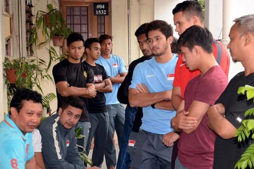 BERI SOKONGAN: Pasukan bola sepak dan pembantu jurulatih nasional Aide Iskandar (duduk, dua dari kiri) sempat menziarahi jenazah. Di sebelah Aide ialah anak Allahyarham, Fadli.