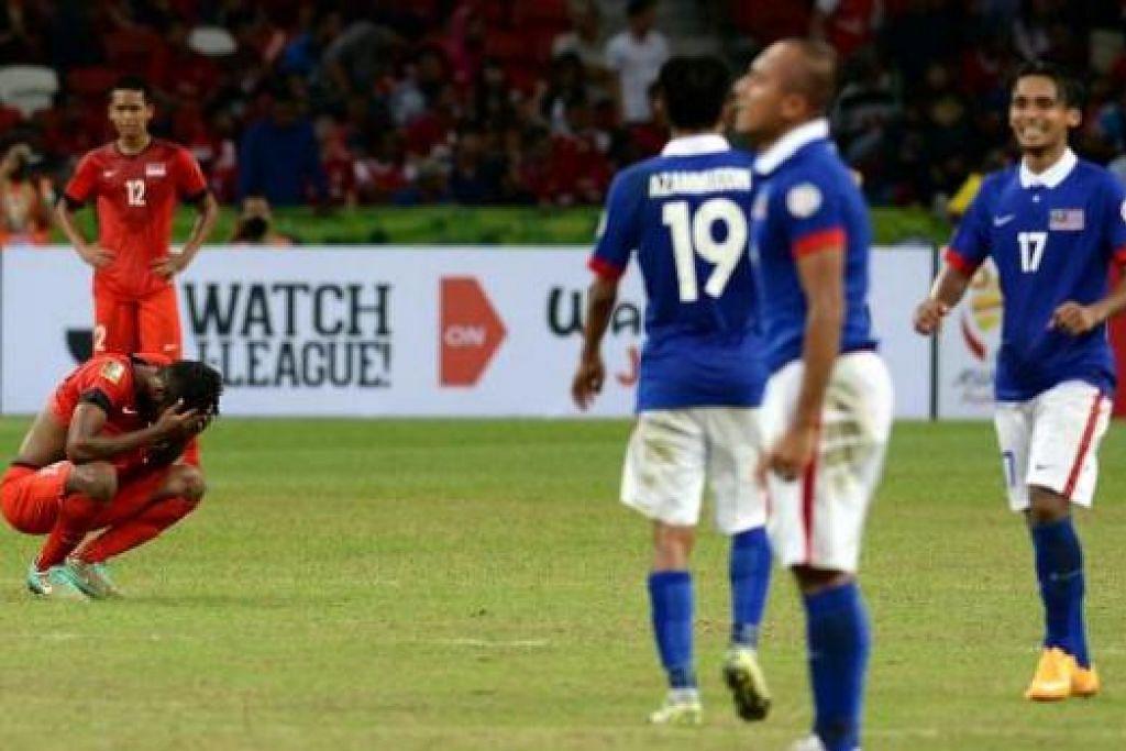 PUTIH MATA: Pemain Singapura seperti tidak percaya bahawa pertandingan mereka telah berakhir setelah tewas 3-1 kepada Malaysia di Stadium Negara kelmarin. - ZAINAL YAHYA
